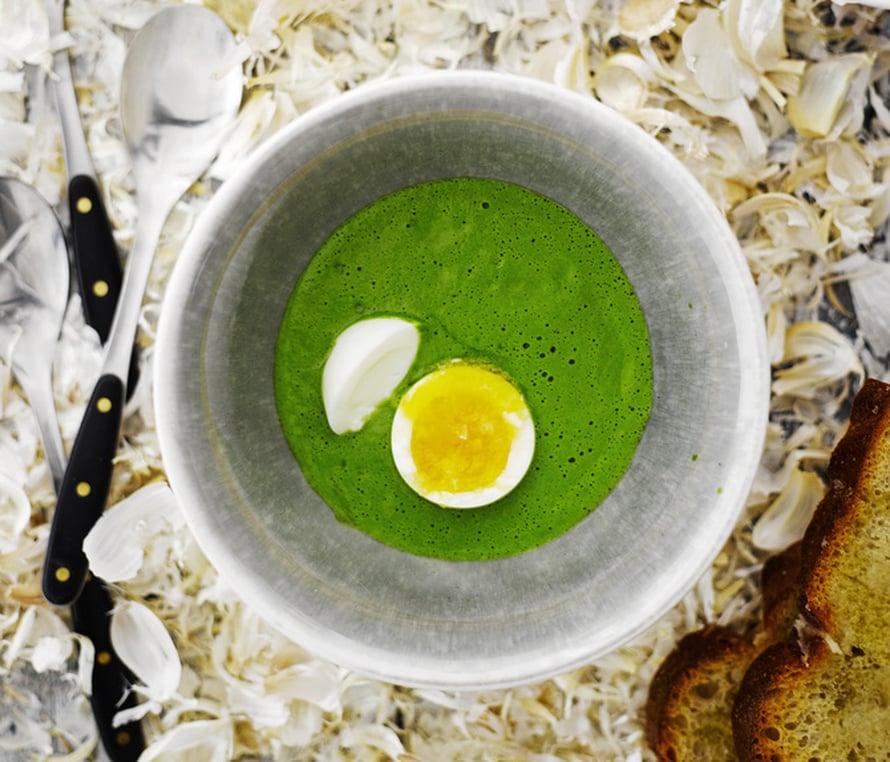 """Samettinen soppa ja täydelliseksi keitetty kananmuna. Kuva: <span class=""""photographer"""">Sami Repo.</span>"""