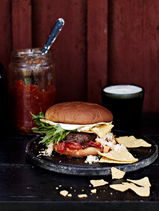 Papupihveillä, kirsikkatomaattihillokkeella ja cheddarjuustolla täytetyissä burgereissa rouskuvat nachot.