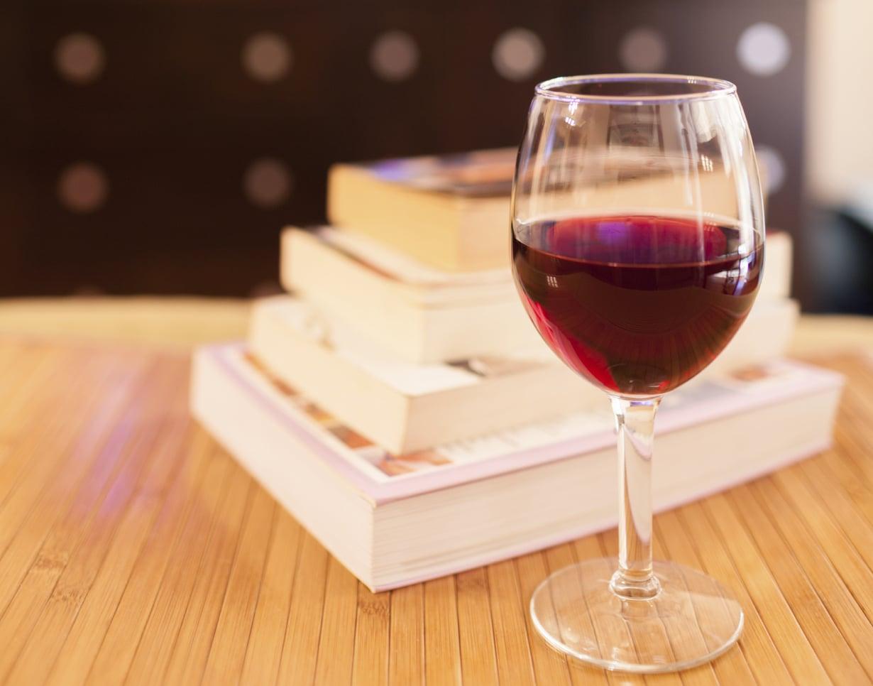 Hyvä kirja ja maukas viini. Syksyn toimivin yhdistelmä. Kuva: Istockphoto.