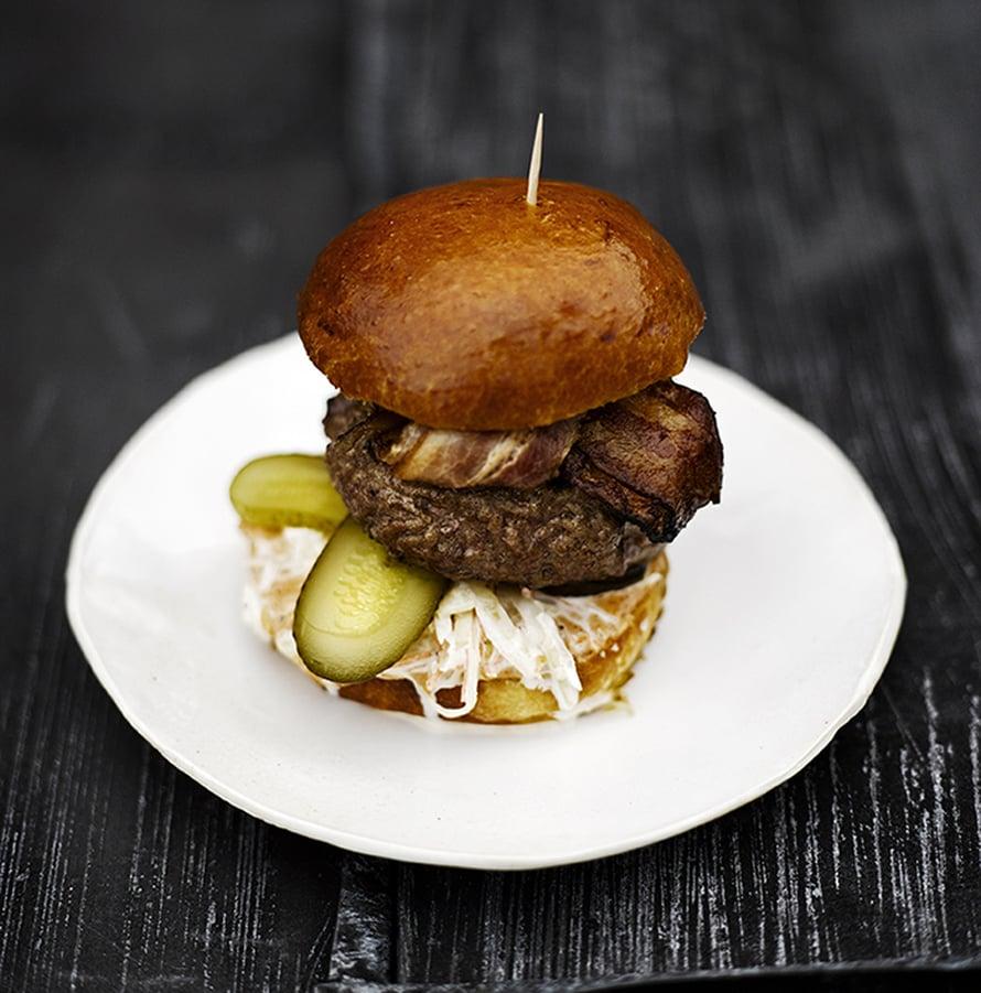 """Tämä ei ole Naughty BRGR:n burgeri, mutta riisutta ja yksinkertainen hampurilainen kylläkin. Kuva: <span class=""""photographer"""">Sami Repo.</span>"""