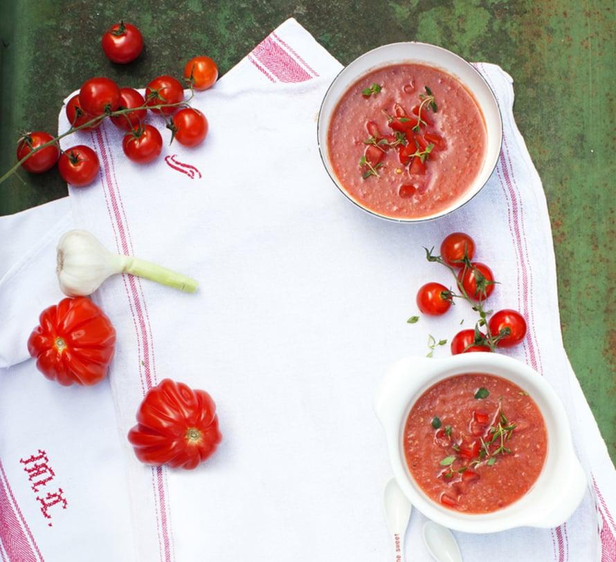 """Espanjalainen gazpacho on se punaisempi kesäkeitto. Kuva: <span class=""""photographer"""">Pia Inberg.</span>"""