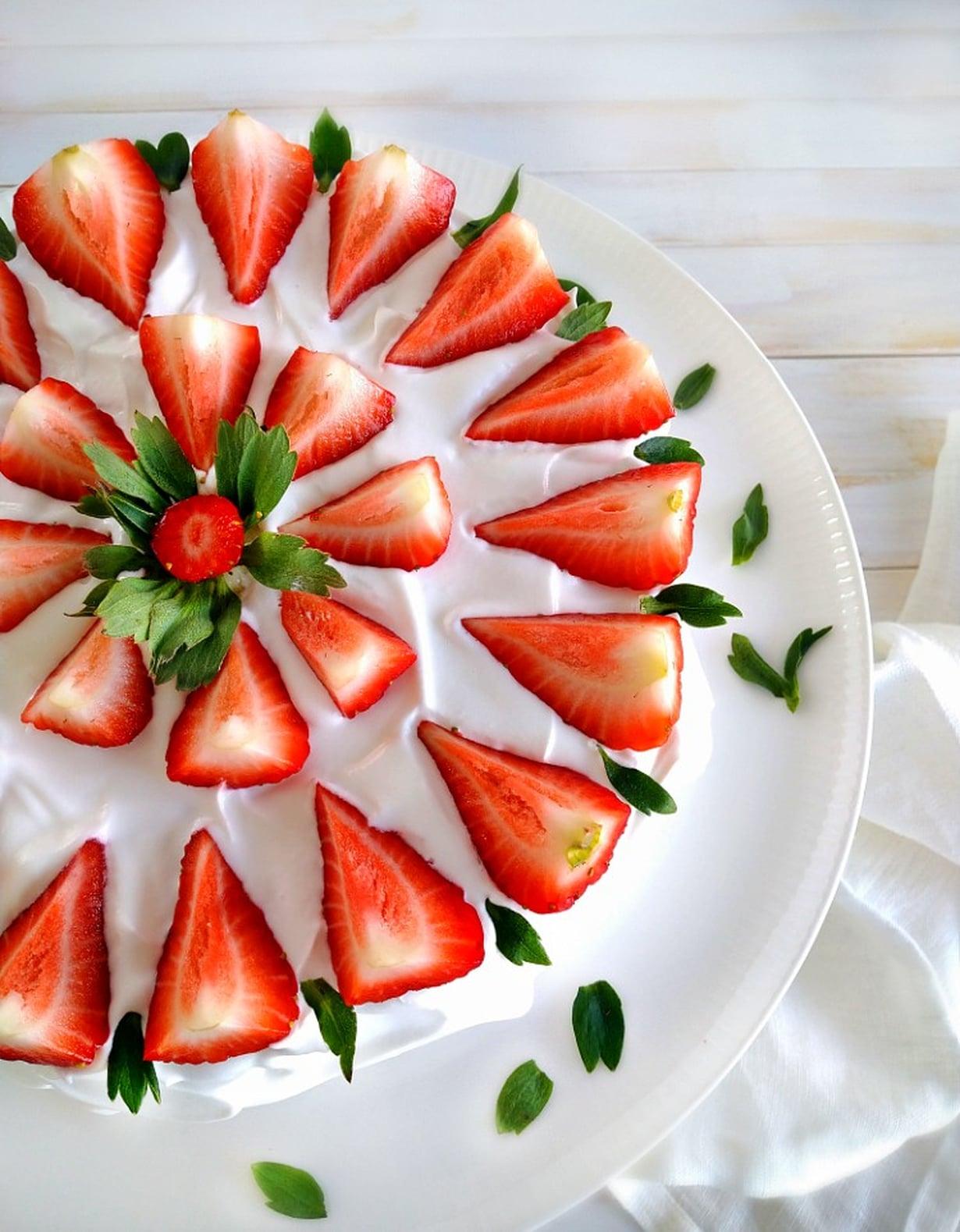 Herkullinen mansikkakakku ilman gluteenia ja maitotuotteita