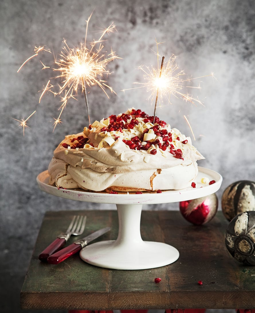 """Granaattiomena-valkosuklaapavlova on joulupöydän kuningatar. Kuva: <span class=""""photographer"""">Arto Vuohelainen</span>"""