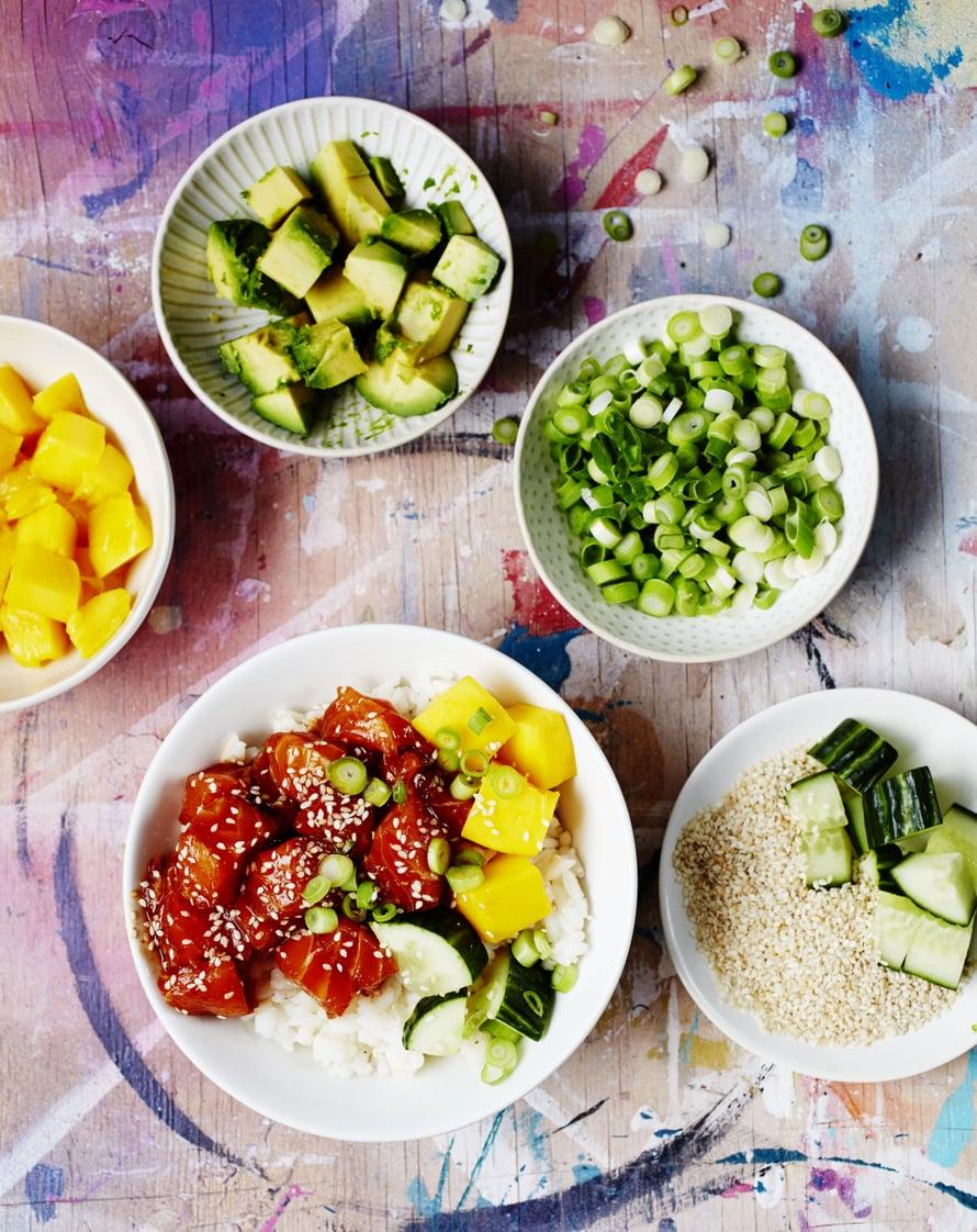 """Värikkääseen poke -kulhoon kootaan avokadoa, kurkkua ja mangoa. Kuva: <span class=""""photographer"""">Tuomas Kolehmainen</span>"""