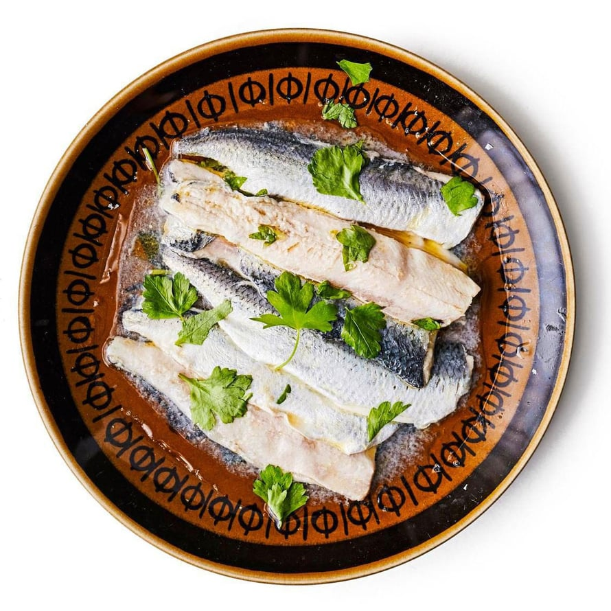 """Espanjalainen pikku kaloista tehty tapas-herkku, boquerones en vinagre, ui suomalaisten ravintoloiden listoille. Kuva: <span class=""""photographer"""">Tuomas Kolehmainen</span>"""