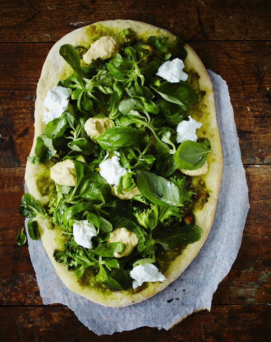 """Viherpizzan kastike on pestoa ja täytteet kaikkea vihreää. Kuva: <span class=""""photographer"""">Tuomas Kolehmainen</span>"""