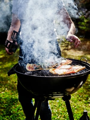 Pizzakivi ei ole välttämätön: grillipizzojen paistaminen onnistuu myös parilalla ja ritilällä.