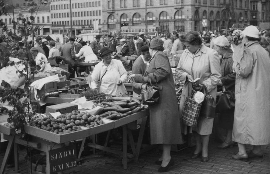 """Juhannusmyyntiä Helsingin kauppatorilla vuonna 1957. Kuva: <span class=""""photographer"""">Kaarlo Lindberg / Helsingin kaupunginmuseo</span>"""