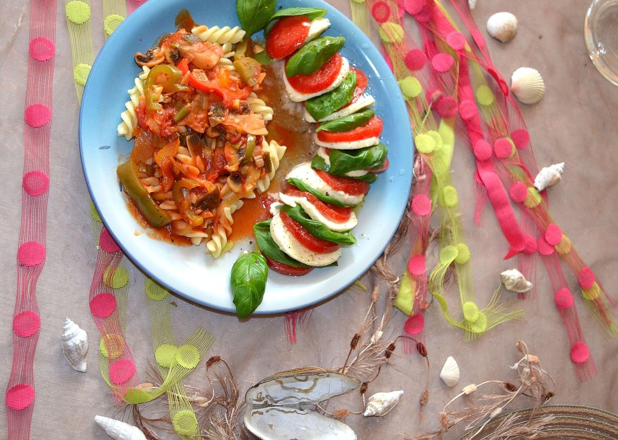 Hienon suolaisa mozzarella salaatti täydentää pastan makuja