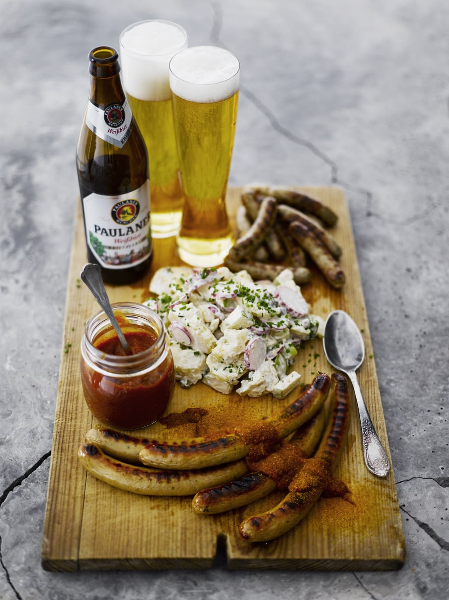 Mehevä perunasalaatti, kuuma grillimakkara ja kylmä olut. Ah!